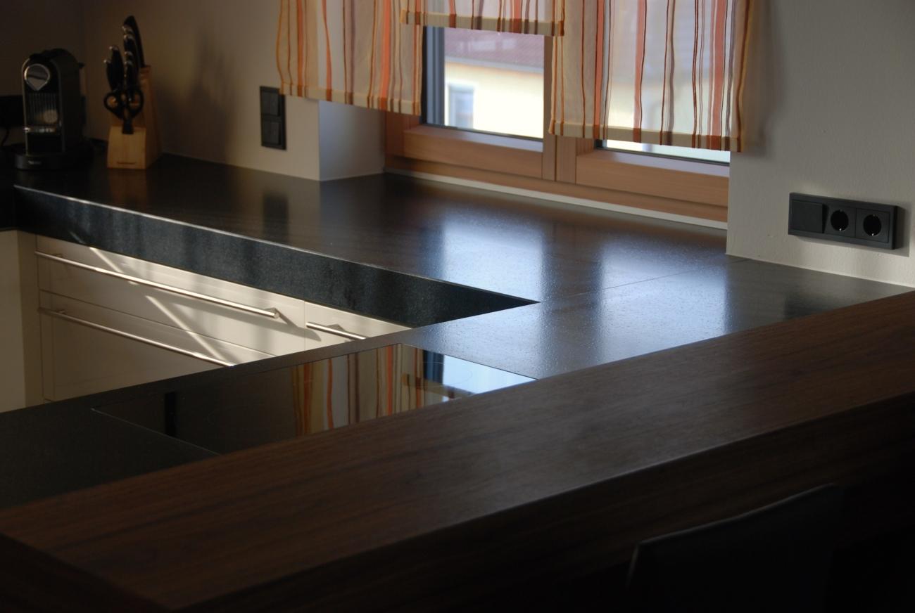 küche | mit fronten in magnolie hochglanz | bar aus ami nuss geölt