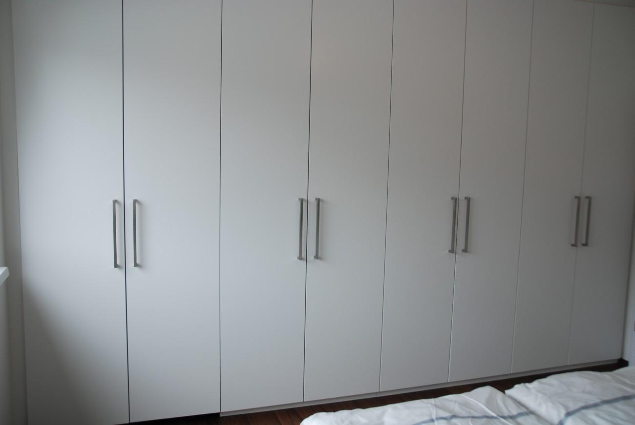 Kleiderschrank | in Schleiflack Ral 9016 | fronten mit Edelstahl-Bügelgriff