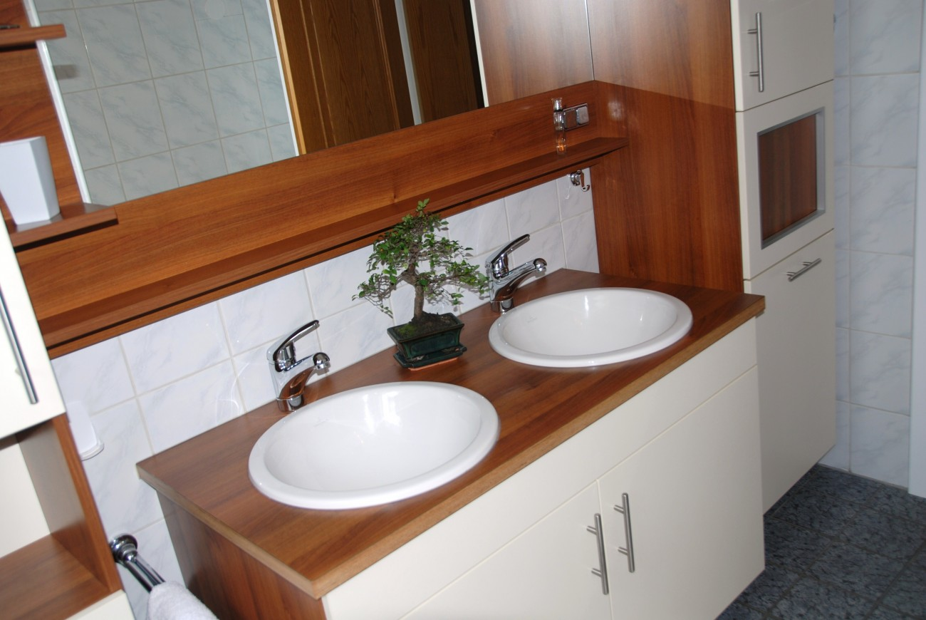 badezimmer | korpus in nuss optik und fronten in winterweiss
