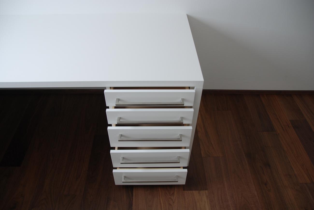 büro white | schreibtisch mit fingergezinkten massiv-laden
