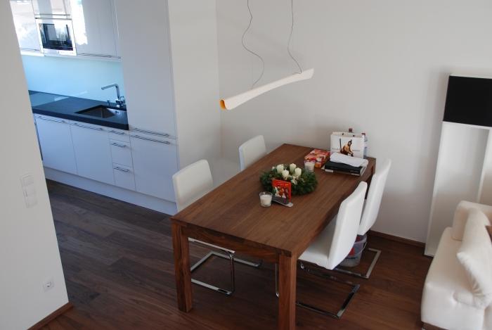 esszimmer | in ami nuss | tisch mit freischwinger-stühlen aus leder