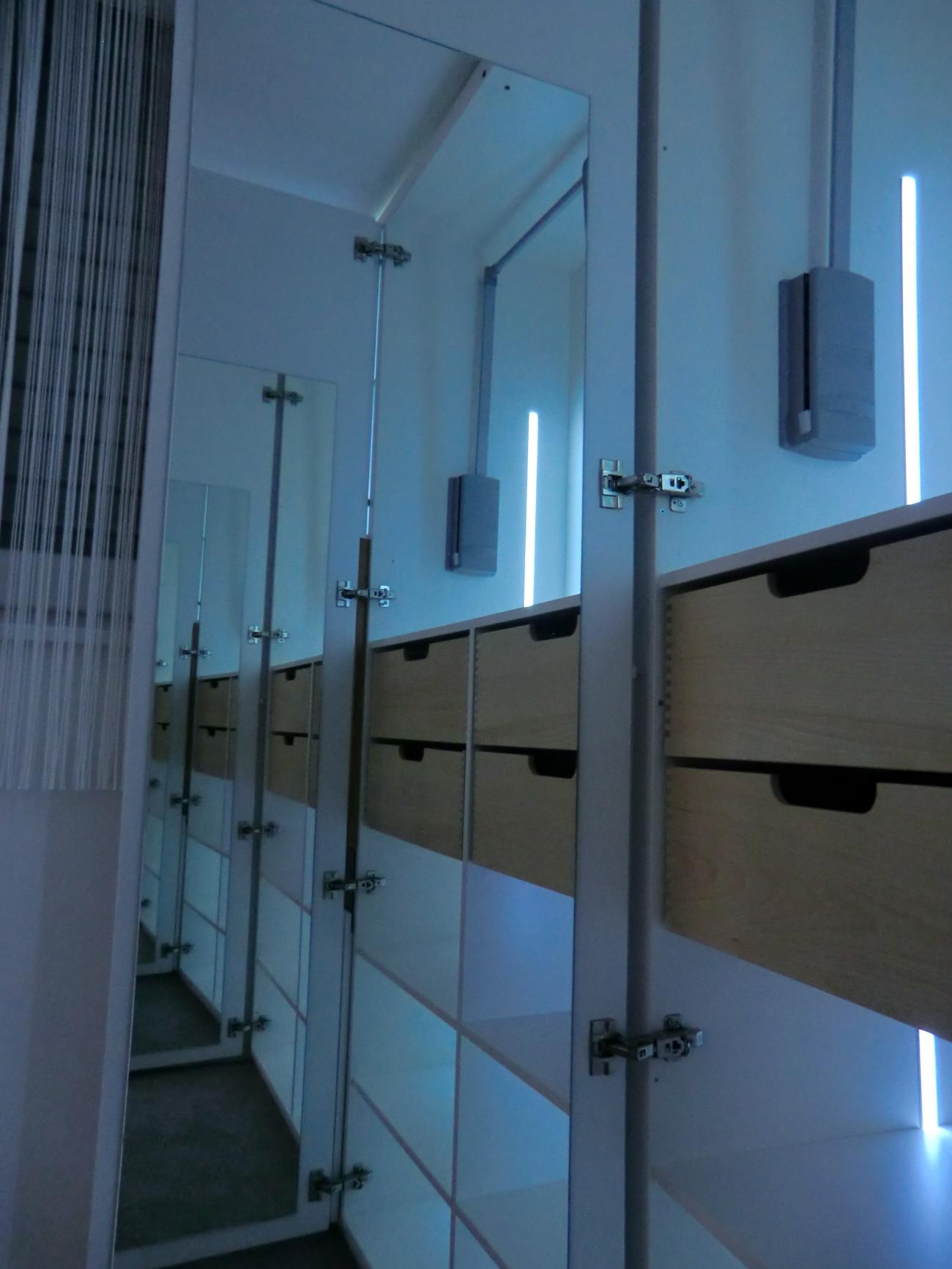 kleiderschrank | in schleiflack ral 9016| mit innenladen und kleiderlift