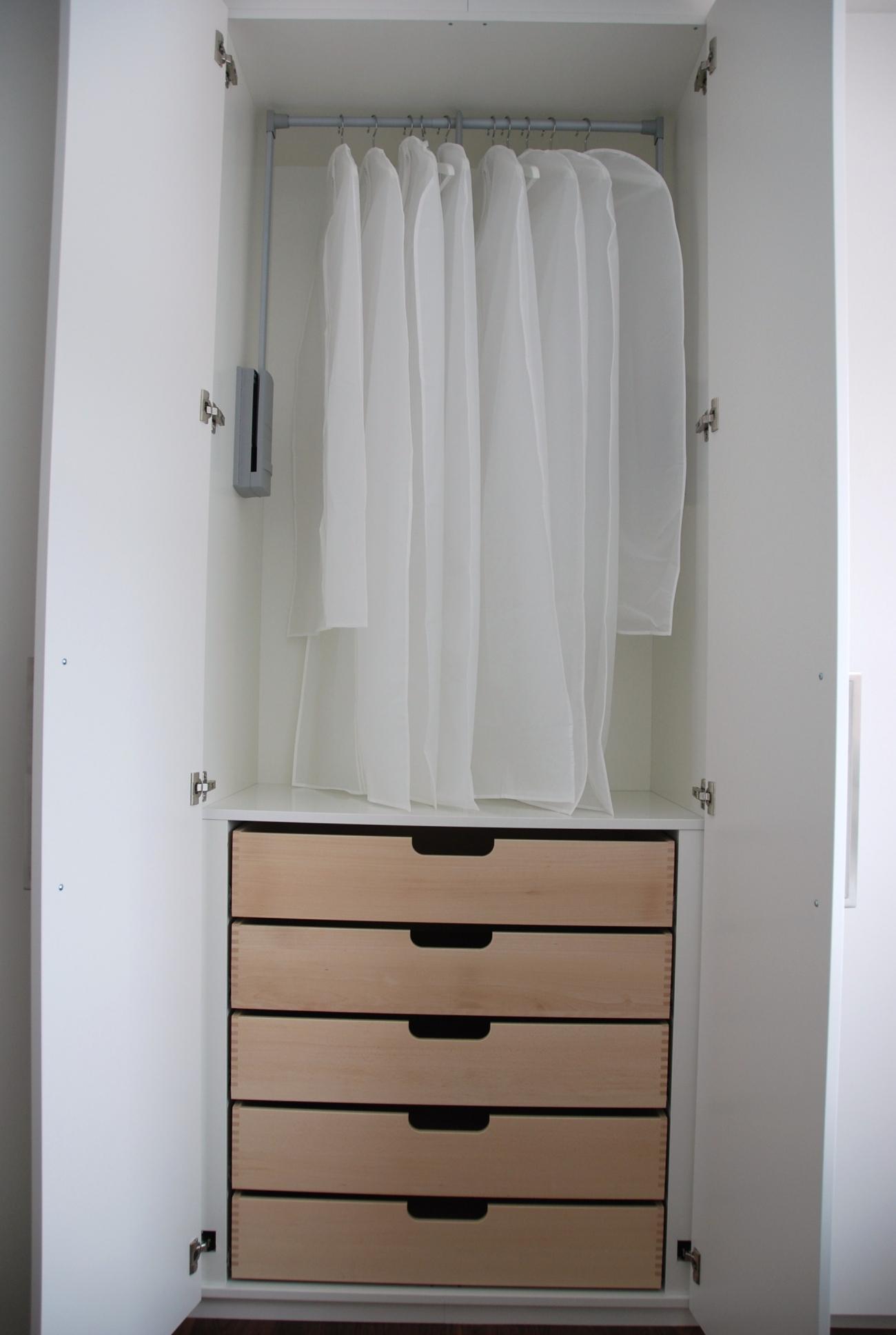 kleiderschrank | in schleiflack ral 9016 | mit kleiderlift und fingergezinkten massiv-innenladen