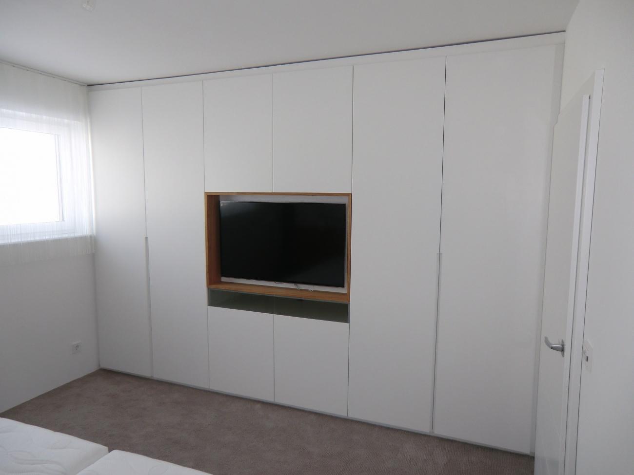 kleiderschrank mit TV | in schleiflack ral 9016 | Christoph ...