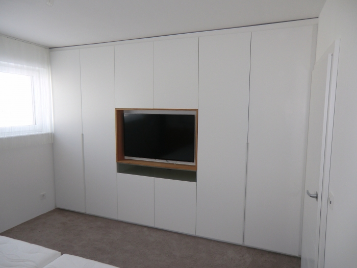 kleiderschrank mit tv in schleiflack ral 9016 christoph kremnitzer m bel montagen. Black Bedroom Furniture Sets. Home Design Ideas
