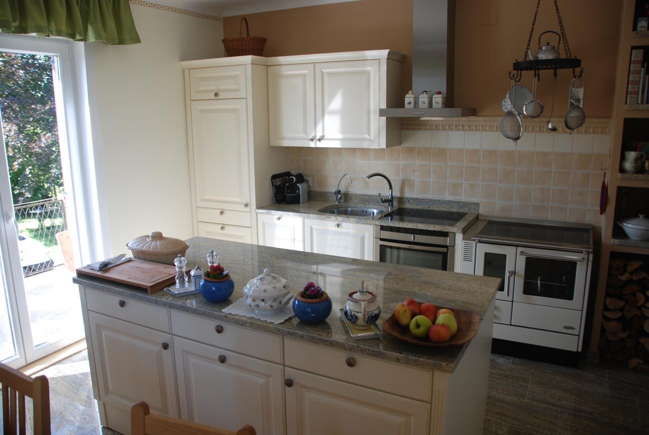 küche im landhaus-stil | die kücheninsel ist trotz 350 kg beweglich ...