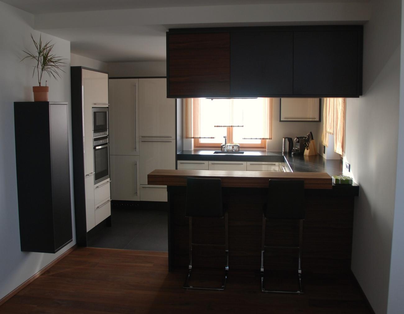 küche | mit fronten in magnolie hochglanz | bar aus ami nuss geölt ...