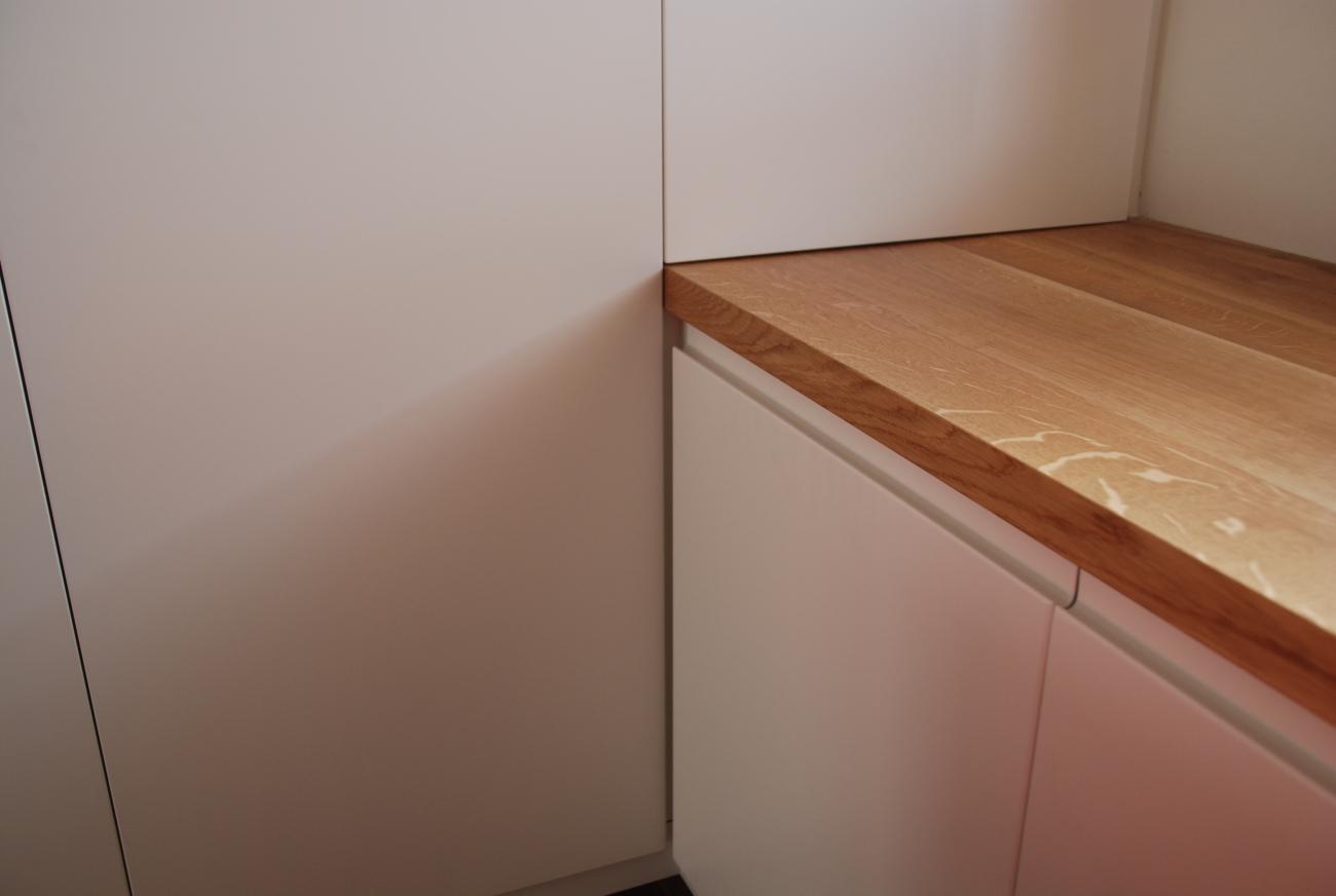 b ro big eichentisch massiv ge lt ordnerschrank in schleiflack ral 9016 mit grifffr sung. Black Bedroom Furniture Sets. Home Design Ideas
