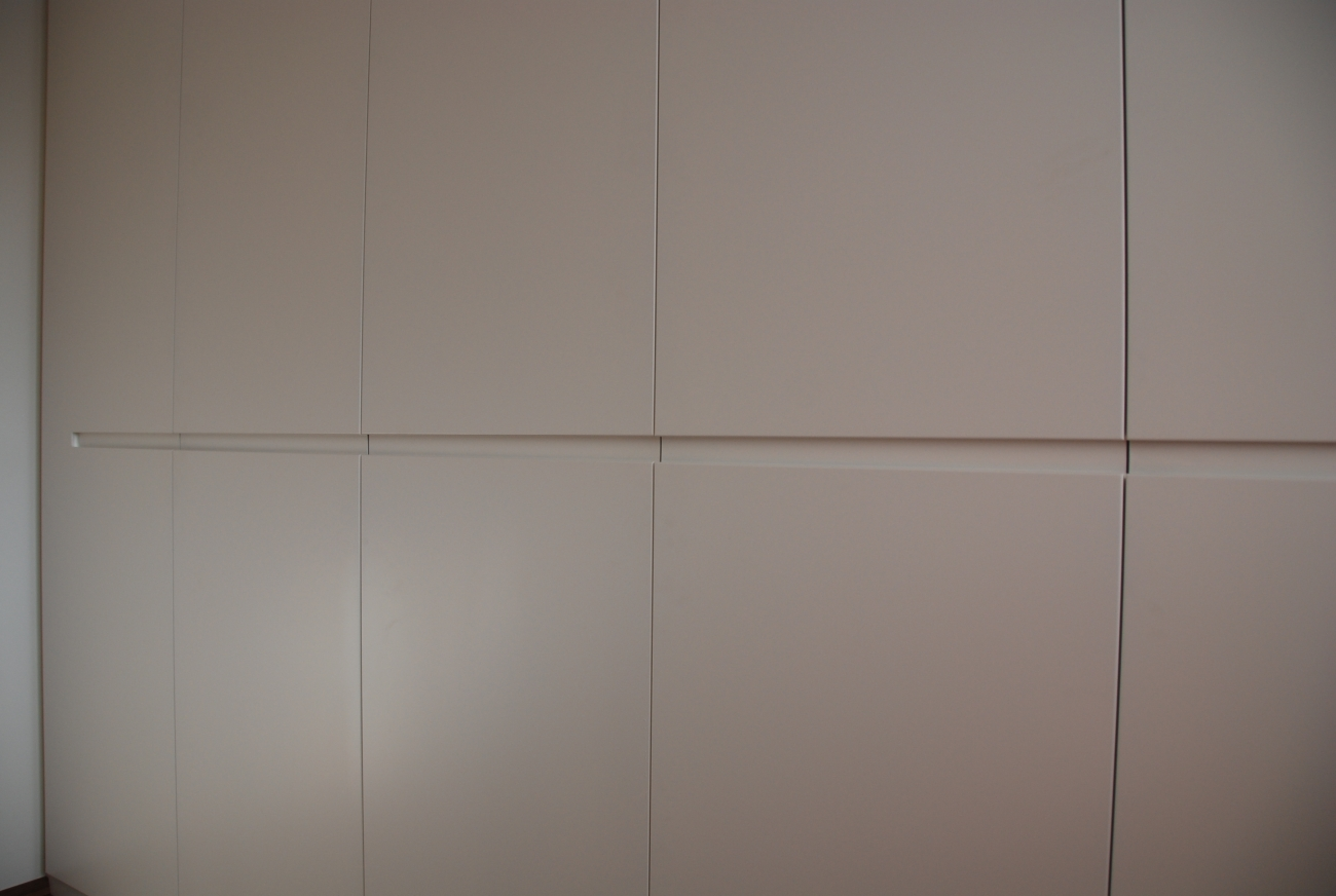 büro big | ordnerschrank in schleiflack ral 9016 mit grifffräsung