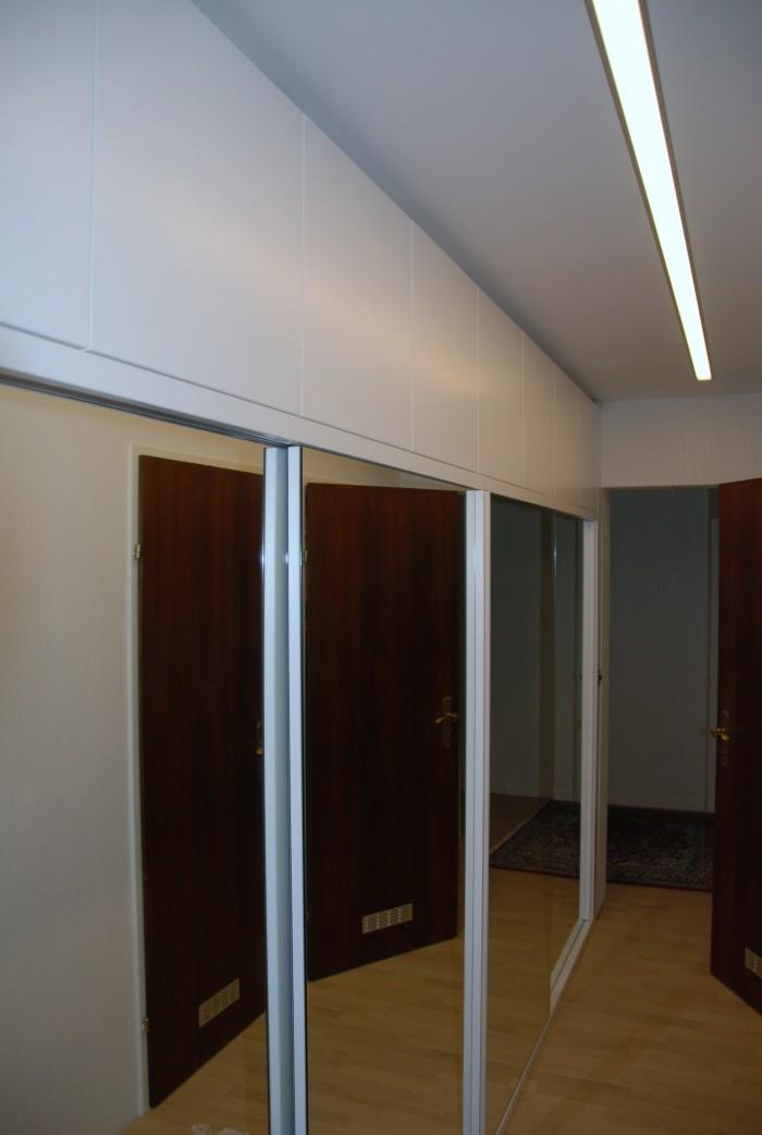 kleiderschrank | in schleiflack 9016 | Spiegelschiebetüren mit innenladen