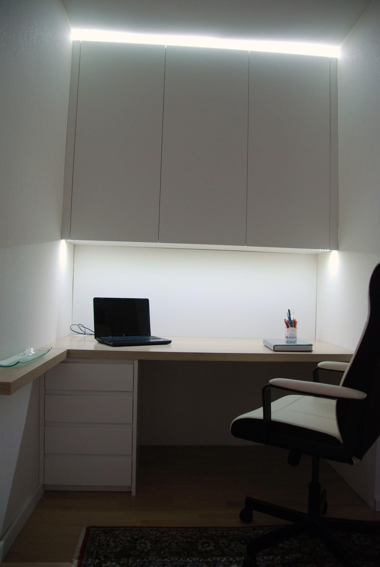 büro   eiche gekalkt lackiert und schleiflack 9016   mit indirekter led beleuchtung