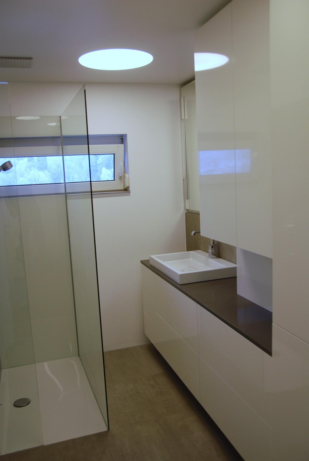 badezimmer   nachher   weiss hochglanz
