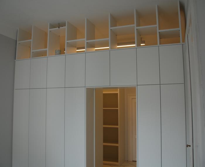 raumteiler mit integrierter schiebet r schleiflack 9016 christoph kremnitzer m bel montagen. Black Bedroom Furniture Sets. Home Design Ideas