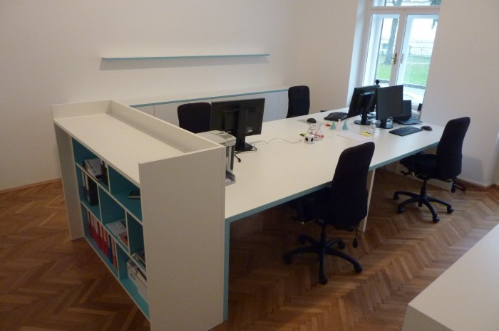 Büro möbel | abgestimmt in Firmenfarbe