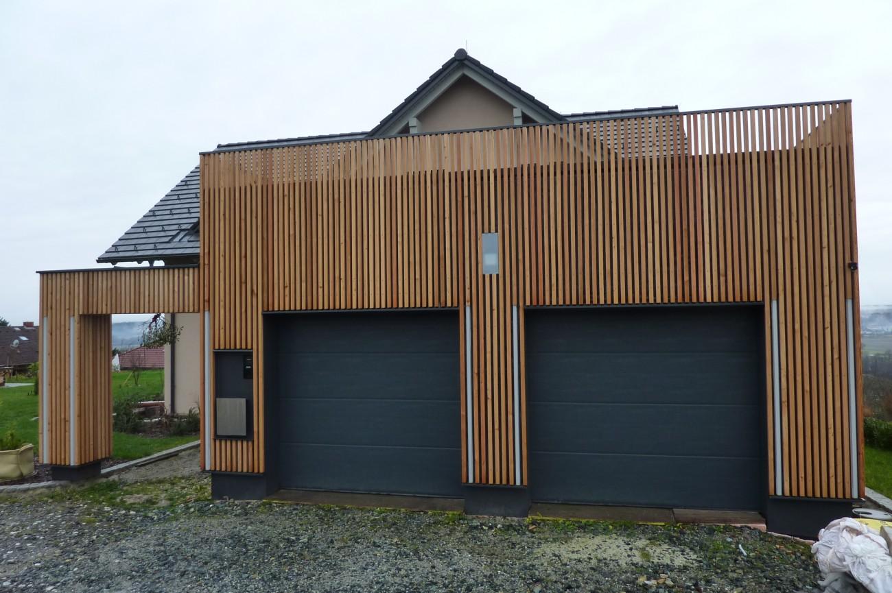 Lärchen fassade | flächenbündige selbst gebaute light-strips | sockel aus Fassadenplatten