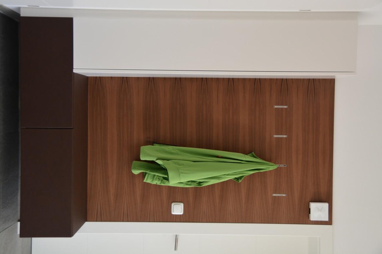 garderobe | schleiflack 9010 | rückwand aus amerikanischen nussbaum