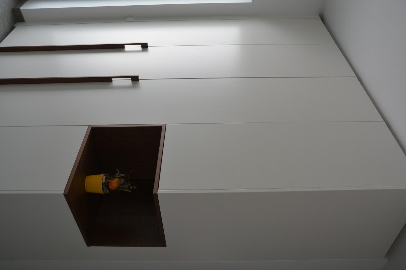 garderobe | schleiflack 9010 | griffe und nische aus amerikanischen nussbaum