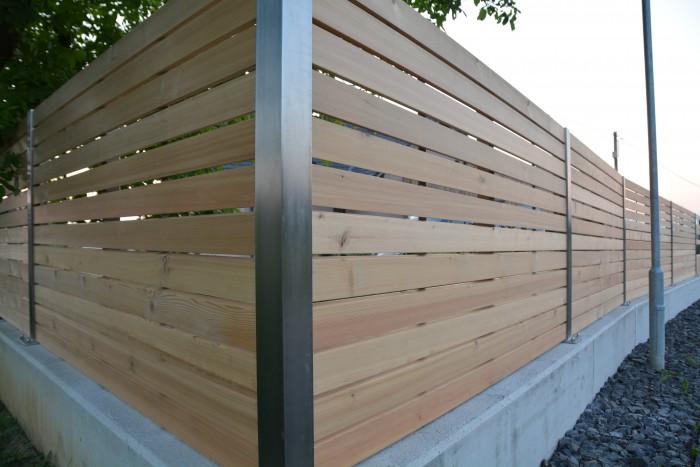 gartenzaun | Edelstahl, lärchenholz | durch abgeschrägte Lamellen undurchsichtig jedoch Winddurchlässig
