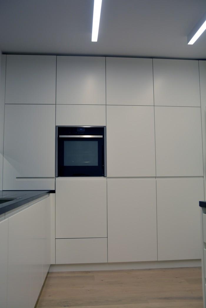 Tischlerküche | flächenbündiger dunstabzug im Ceranfeld | grifffräsung