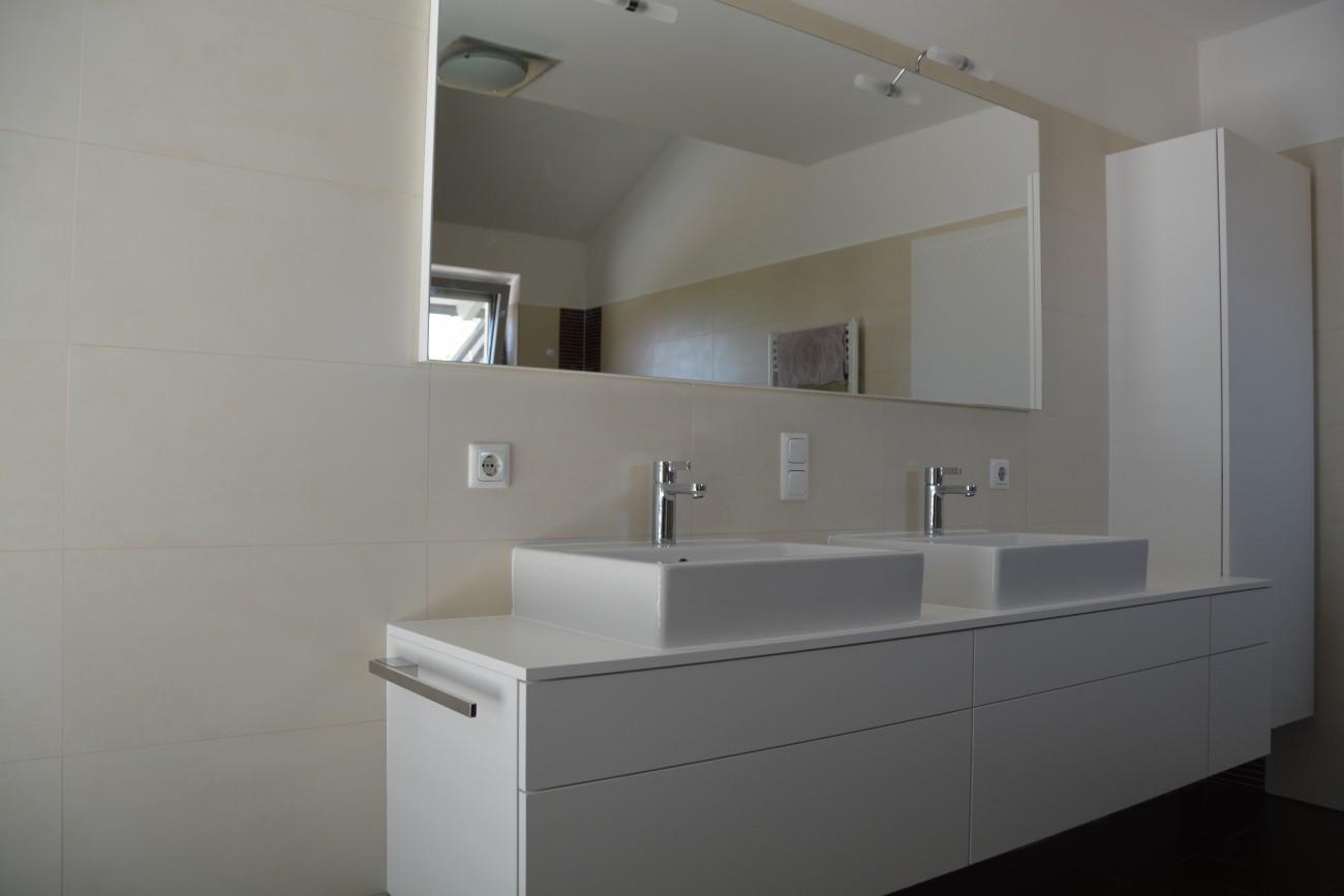 badezimmer | grifflos | mit massivholz innenladen