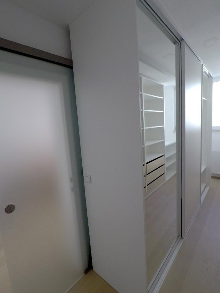 begehbarer kleiderschrank | spiegel schiebetüre | boden eiche landhausdiele