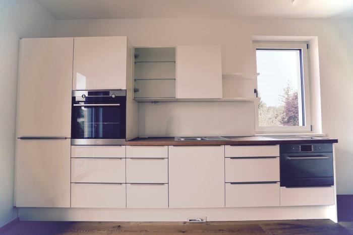 küche | weiß hochglanz | griffleiste edelstahl