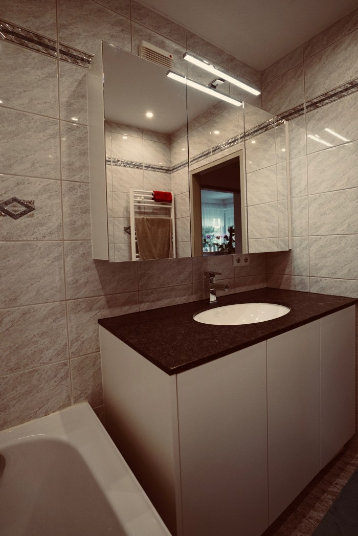 badezimmer | waschtischplatte in steel grey | weiß matt alle fronten grifflos
