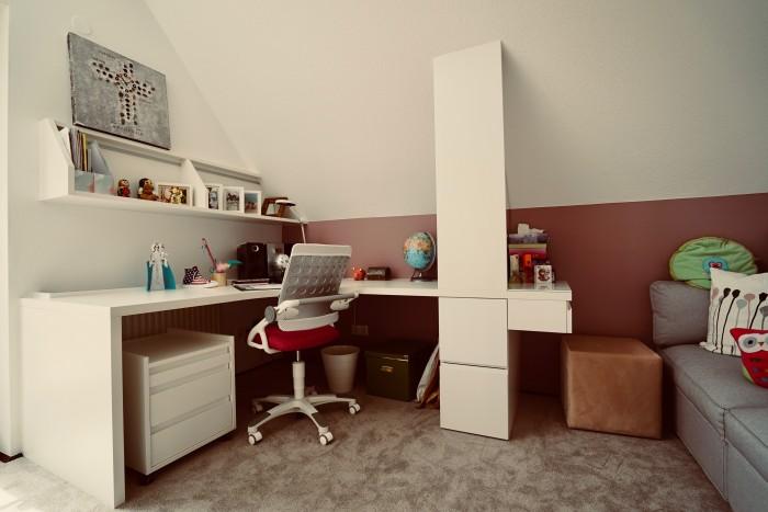 kinderzimmer | einbauwandschrank in schleiflack weiß matt mit integrierter stiege zum schlafbereich | stufen mit ladenauszug