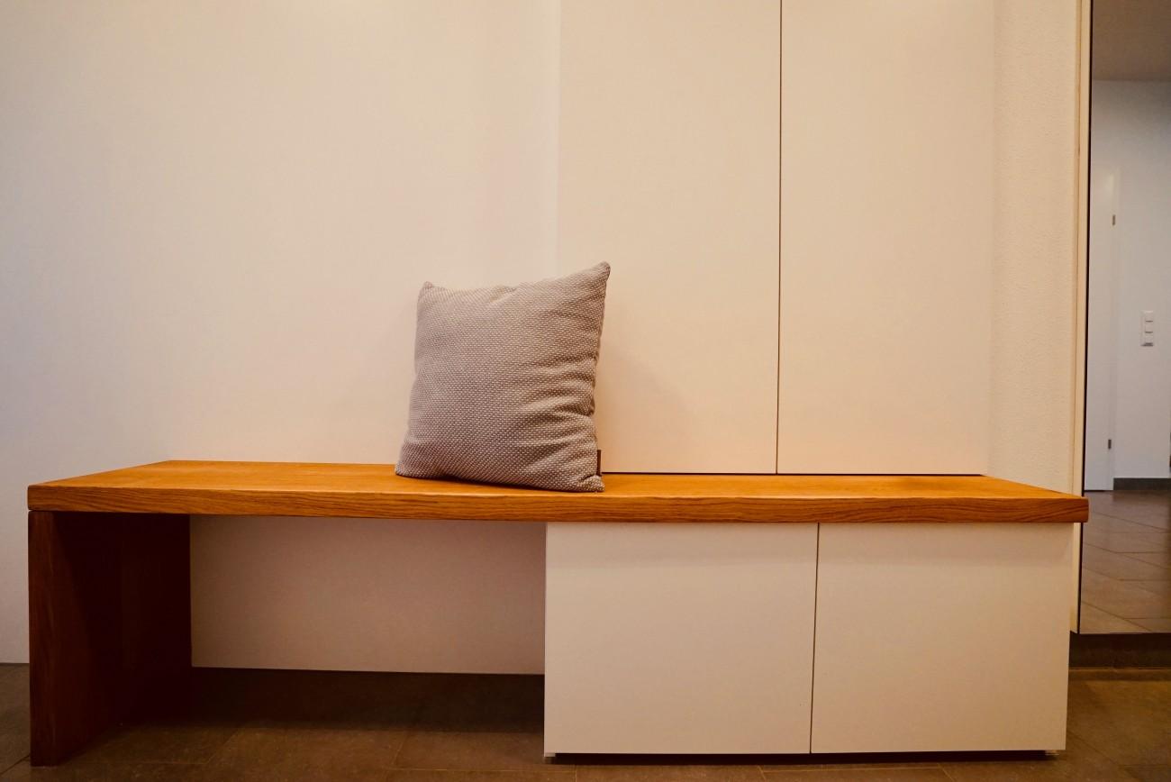 garderobe grifflos sitzbank in eiche massiv christoph kremnitzer m bel montagen. Black Bedroom Furniture Sets. Home Design Ideas