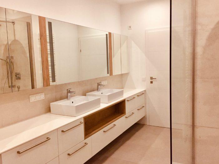 badezimmer | weiss matt | spiegeltüren mit beleuchtung