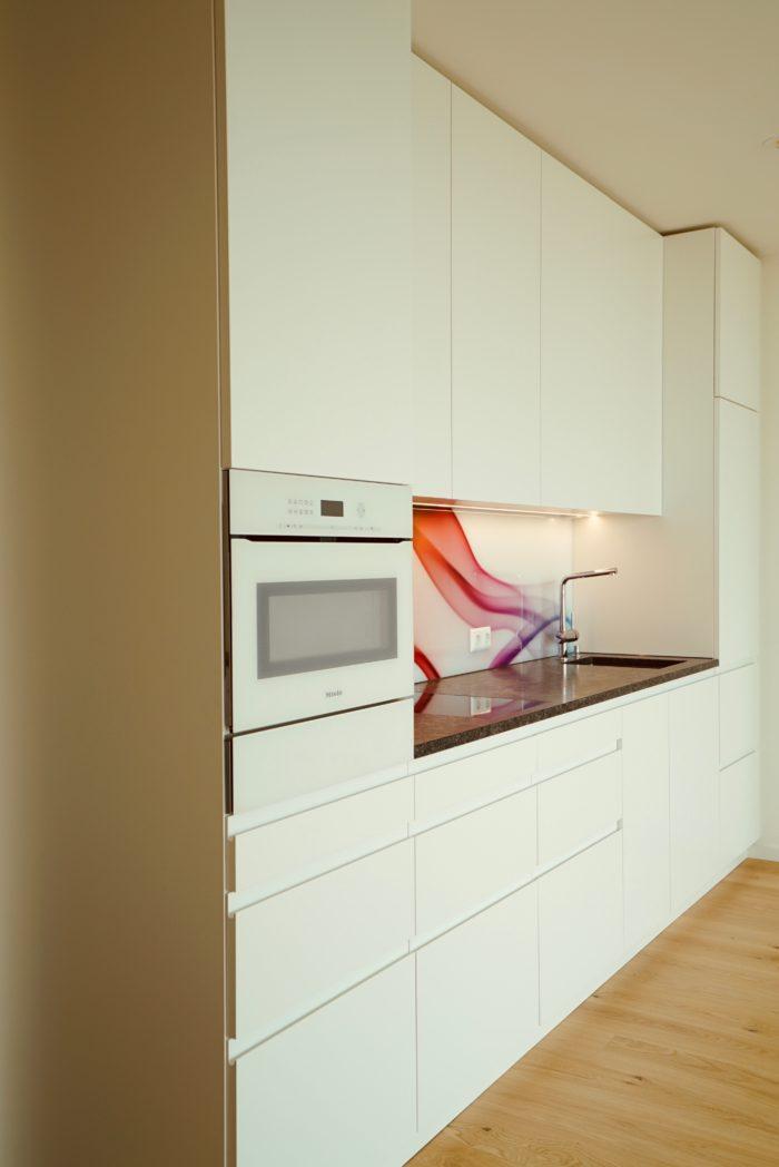 tischlerküche | schleiflack 9016 grifflos| laden massiv fingergezinkt