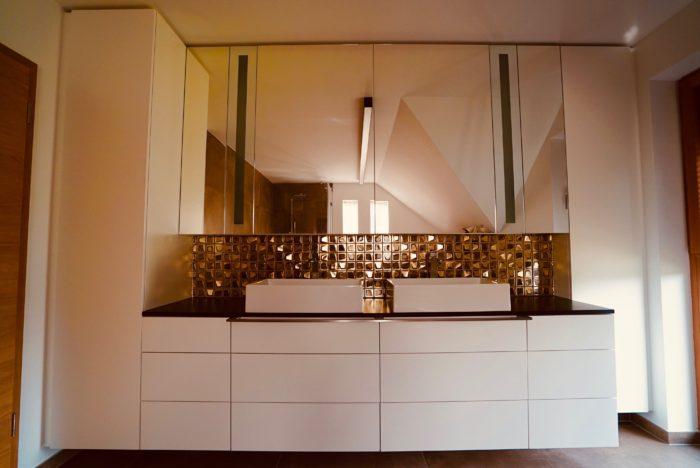 badezimmer | weiss matt grifflos | indirekter spiegelbeleuchtung