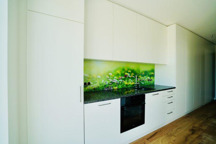 tischlerküche | weiß matt | glas nischen rückwand und natur-stein arbeitsplatte