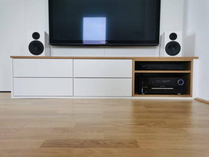 tv wand | schiebetüre lässt sich hinter tv verstecken