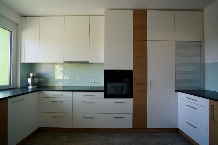 tischlerküche | naturstein arbeitsplatte | glas nischen rückwand
